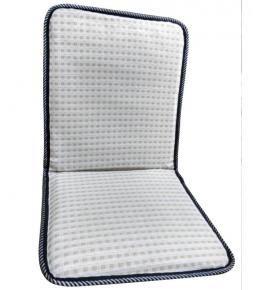 Sobre asiento y respaldo de alambre con tela calada
